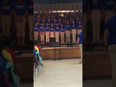 Emily y Jenny cantando en Dresden Elementary School