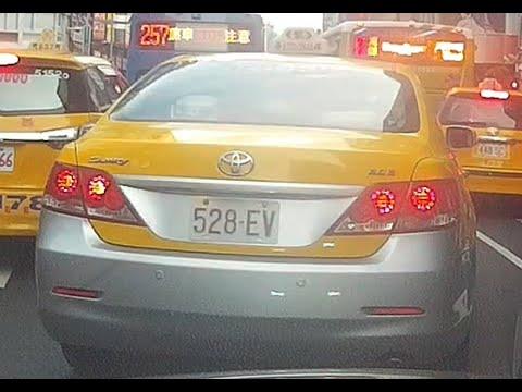 計程車528-EV號變換車道未依規定使用方向燈