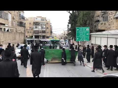 חרדים קיצוניים גוררים פח לחסימת כביש בירושלים