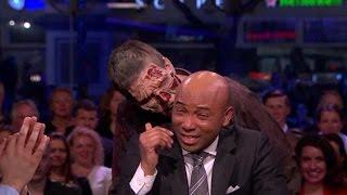 The Walking Dead-zombies brengen bezoekje aan de studio - RTL LATE NIGHT