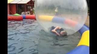 Дети в шариках на воде.Тихвин.