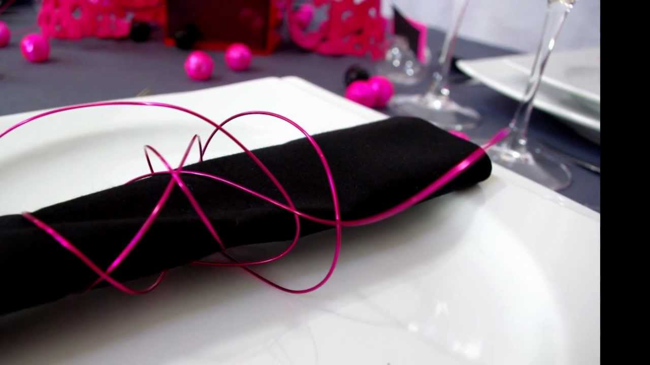 Id e de d coration de table gris et fuchsia par - Decoration table anniversaire rouge et noir ...