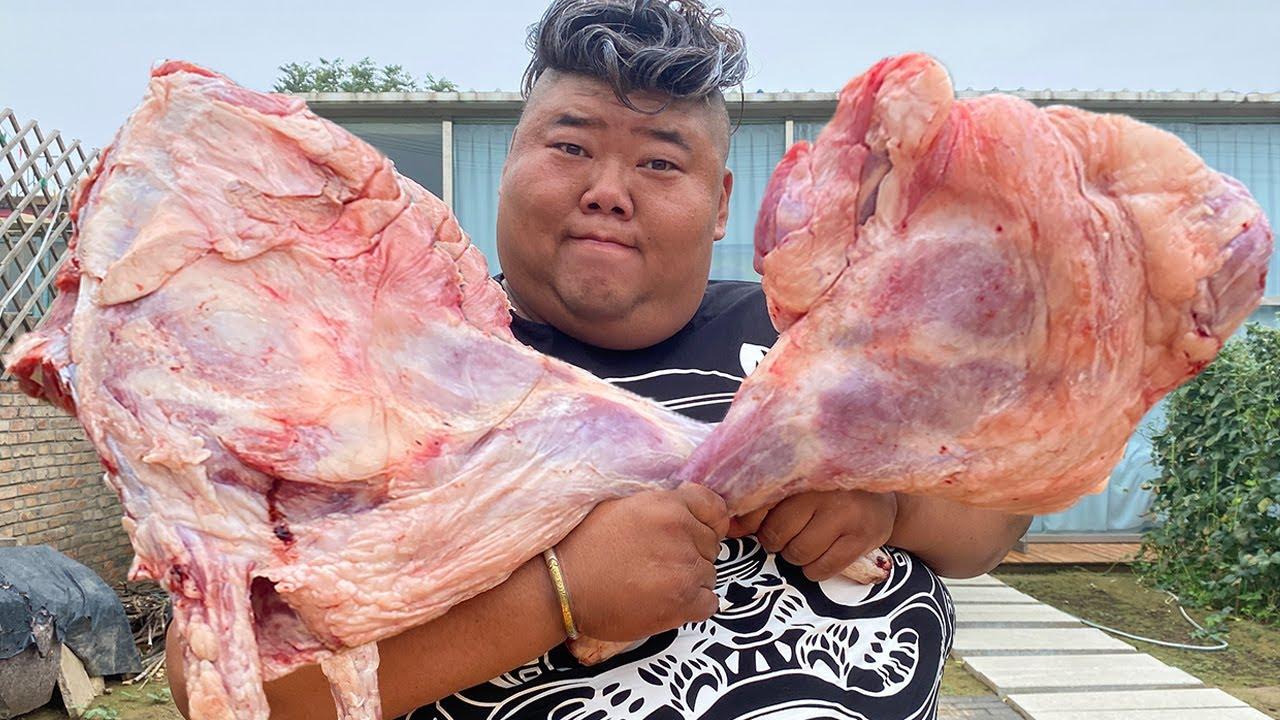 两只10斤大羊腿一炖一烤,猴哥请朋友吃羊腿大餐,傍晚的小院又热闹起来!【胖猴仔】