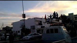صبي ليبي يقتله قناص القذافي.لأنه يرفع علم الثوار
