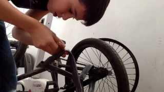 Как заклеить прокол колеса (не снимая колесо)(через YouTube Объектив., 2014-06-15T16:14:47.000Z)