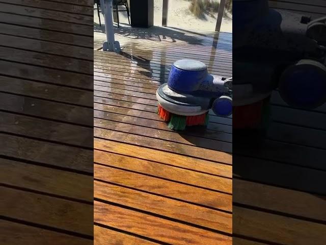 Houten vlonder reinigen