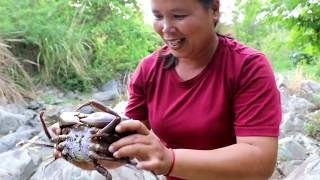 Survival Skills - Woman  Finding Big Crab  - Cook In The Clay Eating Delicious *