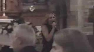 Charlotte Perelli skämmer ut sig på begraving