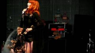 Florence and the Machine - Kiss With A Fist (2009) Glastonbury, England