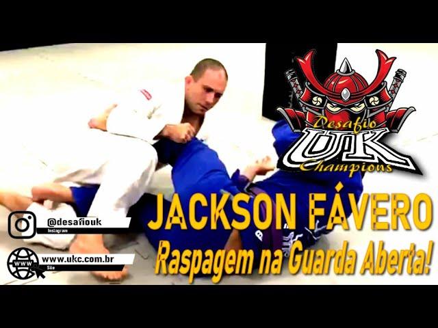 Jackson Fávero ensina uma raspagem na guarda aberta.