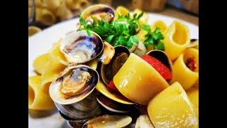 Каламарата (паста) с миди. Италианска кухня.