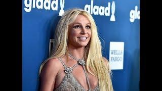 Бритни Спирс засветила грудь во время выступления