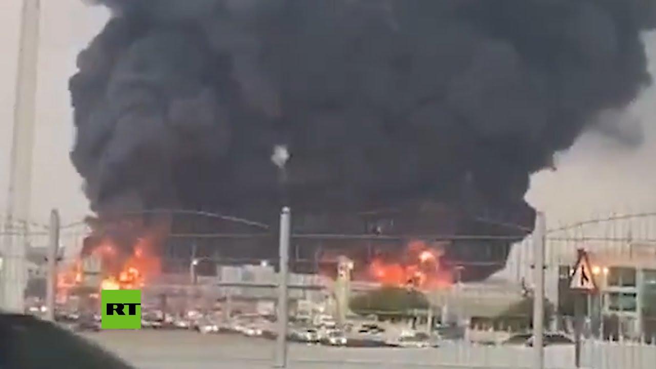 Un enorme incendio se desata en un mercado de Emiratos Árabes Unidos