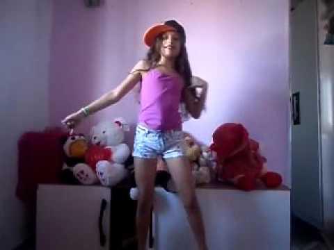 Ana Raphaela dançando ( Ta tranquilo tá favorável ) a menina dança muito