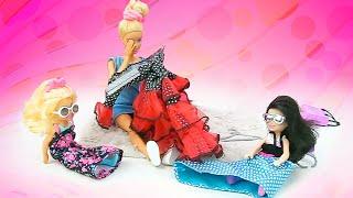 Vidéo en français pour enfants. La robe déchirée de Barbie