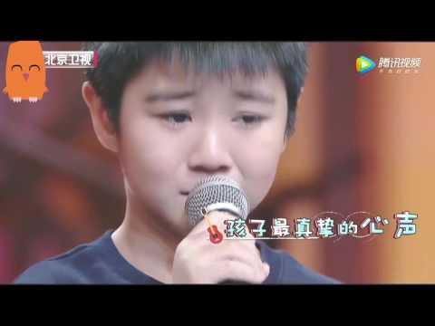 小男孩台上为了爸爸演唱一首歌,唱哭全场,评委双手称赞!
