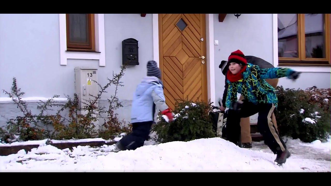 Rodzinka.pl - Ludwik uczy dzieci rzucać śnieżkami