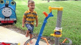 Рома играет с Паровозиком Томас, видео для детей / Roma plays with a toy train Thomas