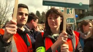 Channel 4 News - Junior doctors reject new contract (5 July 2016)