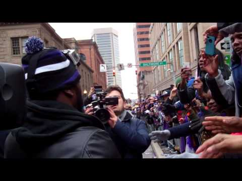 Ed Reed Shares Super Bowl Trophy With Ravens Fans During Parade In Baltimore Streets