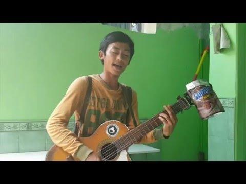 Pengamen ganteng main gitar lagu Iwan Fals Sore Seberang Istana (cover)