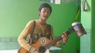 Pengamen ganteng main gitar lagu Iwan Fals Sore Seberang Istana