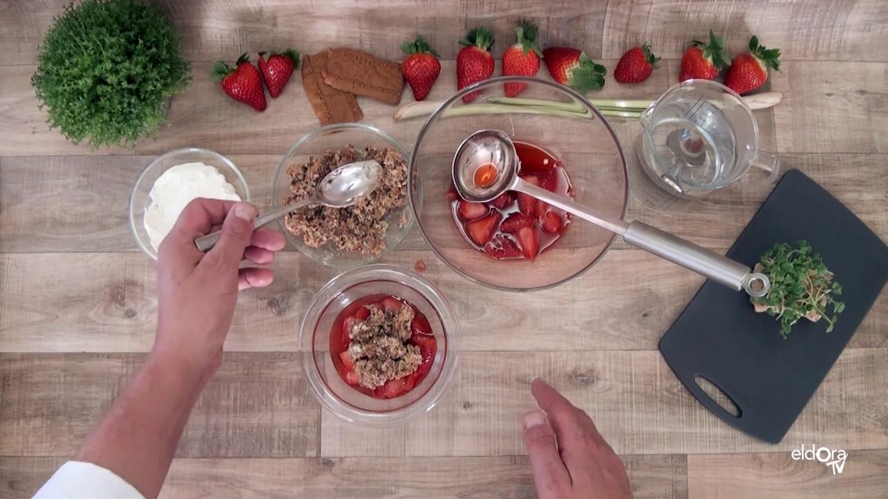 Soupe de fraises parfumée à la citronnelle et crumble de Spéculoos et cookie