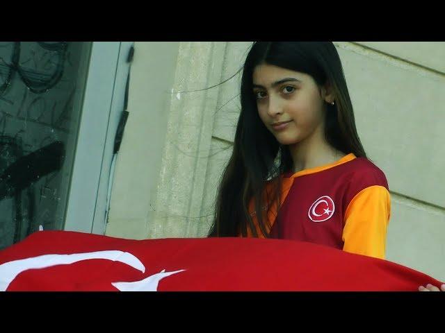 Türkiye ve türk bayrağı sevdalısı Galatasaraylı Azeri kızı Zeyneb Zeynalova