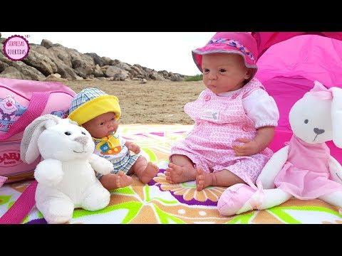 mis-muñecos-bebés-van-a-la-playa-🌴🌞-lindea-y-ben-juegan-en-el-mar