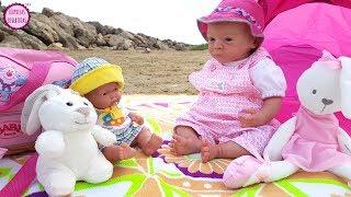 Mis muñecos bebés van a la playa 🌴🌞 Lindea y Ben juegan en el mar