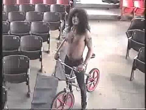 GunsNRoses-Slash brings his bike out on tour