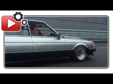 Car driver plays Jingle Bells with his exhaust.. Hilarious!