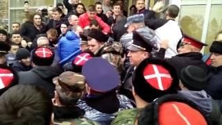 Потасовка между сторонниками и противниками Навального в Волгограде