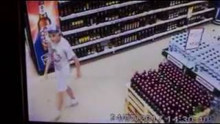 Жадный вор крал на глазах у охраны алкоголь в одесском супермаркете