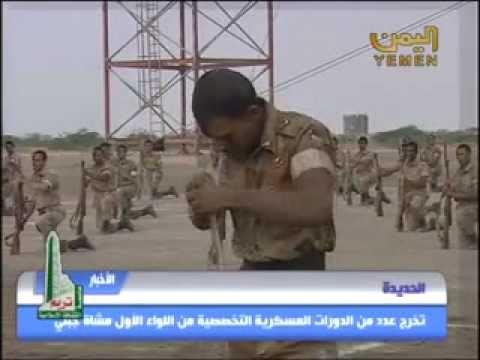 جنود من القوات الخاصة اليمنية يأكلون الافاعي