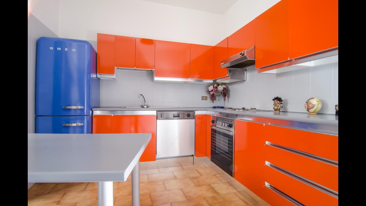 Mobili della cucina laccati o in laminato formica
