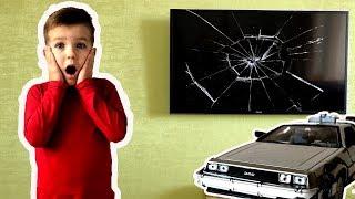Марк разбил телевизор и вернулся на машине времени в прошлое, чтобы все исправить. Видео для детей.