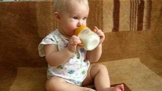 Лена пьет молоко