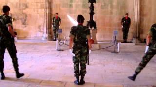 Relève de la garde au monastère de Batalha (Portugal)