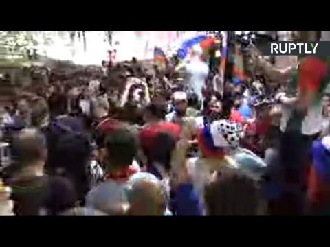 Болельщики в центре Москвы отмечают победу сборной России в матче с Египтом