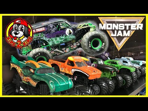 BIG Monster Jam Toy Trucks - BIG DIY STADIUM CHALLENGE (with Grave Digger Freestyle Highlights)