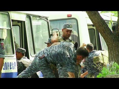 В Ереване захватившие отделение МВД начали отпускать заложников.