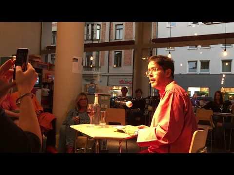 """Kalif Kazim liest im Bellevue di Monaco in München aus """"Post von Karlheinz"""""""