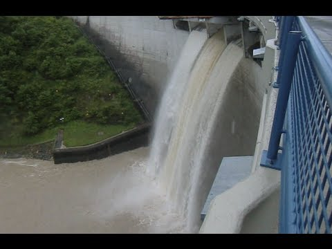 Hochwasser Steyr, Staumauer Klaus, Schleuse voll geöffnet, Juni 2013 d