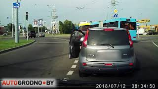 После замечания: водитель поднял выброшенный окурок