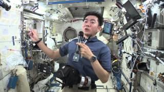 宇宙での仕事のコツや仕事道具を紹介する油井宇宙飛行士 (撮影日:2015...