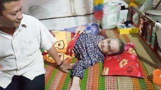 Theo chân thầy Út đi chữa trị cho bà cụ 78 tuổi ở Kế Sách, Sóc Trăng