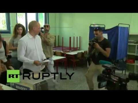 Grèce : Varoufakis glisse son bulletin dans l'urne