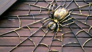 Кованый паук на паутине из металла ковка