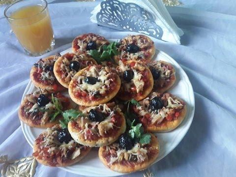 شهيوات رمضان///:بيتزا فردية بالطون بعجين رائع ولذيذ جدا---Mini-Pizza au Thon